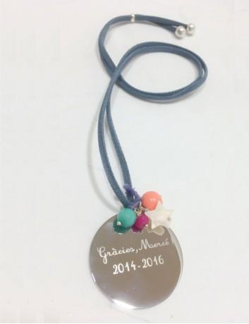 cordón seda con medalla de plata para grabar una frase personalizada y los nombres de los niños de clase