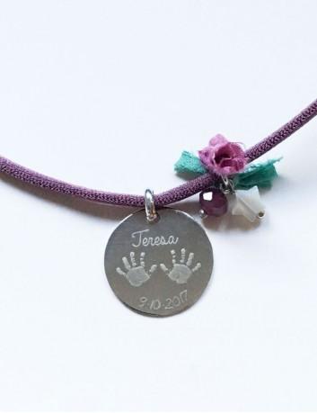 collar para regalar a mamá con las manos de las niña y la fecha. Medalla para grabar lo que quieras.