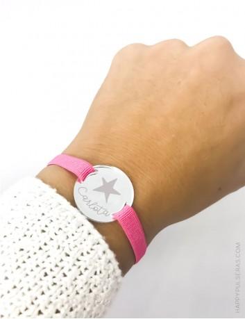 Pulsera elástica rosa con medalla plateada o dorada grabada con el nombre o mensaje personalizado- Happypulseras