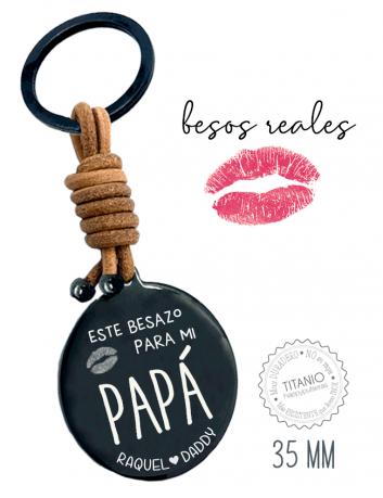Regala a papi besos tuyos reales, en Happy los grabamos en medallas en este caso de llavero. Ideal!