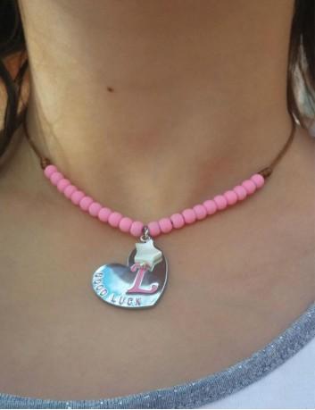 collar para niños adolescentes con la inicial en rosa y bolitas en resina a juego.