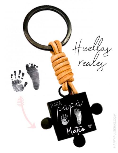 Huellas de pies y de manos grabadas en un llavero para papá a juego con el llavero de mamá. Piezas de puzzle- Happypulseras.