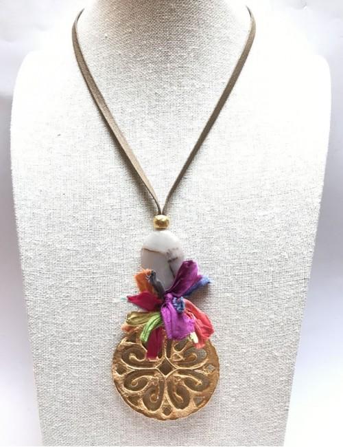 collar mujer con rosetón grande piedra natural en color visón y pompón habotai de seda salvaje
