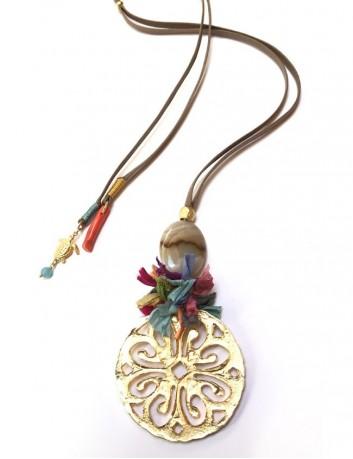 collar con rosetón grande piedra natural en color visón y pompón habotai de seda salvaje