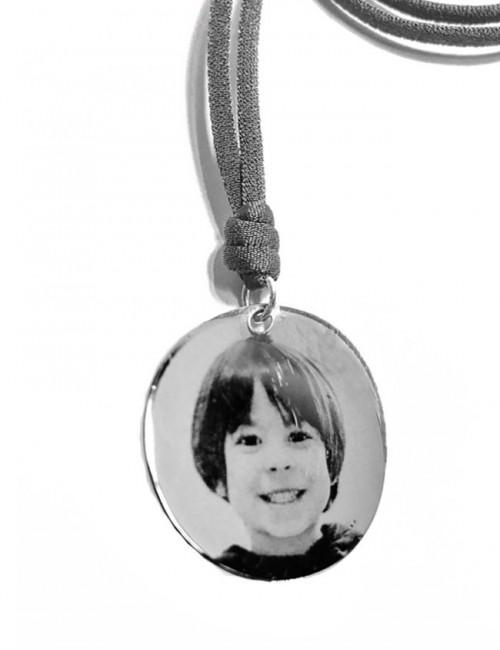 Grabar con foto una medalla para colgante en plata. Collar con foto grabada en plata. Cordón gris