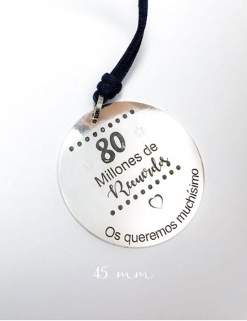 collar cordón con medalla de plata de 45 mm grabada a una cara con frase o dedicatoria.