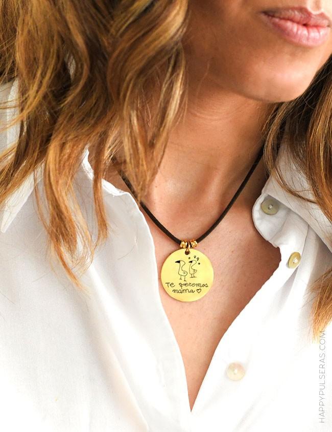 Medalla dorada grabada con dibujos de tu peque. Un recuerdo inolvidable. Happy.