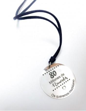 cordón de seda con medalla de 45 mm grabada a una cara con frase o dedicatoria. Cordón a elegir el color