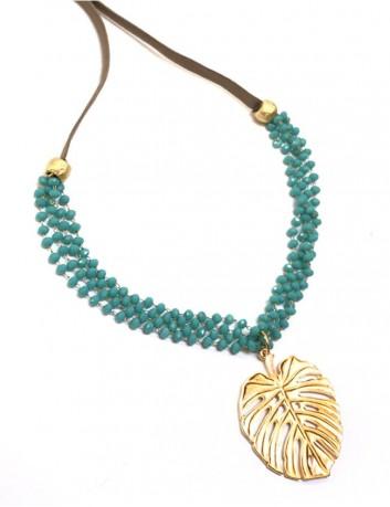 collar con colgante de hoja de palma dorada con minicristales en turquesa