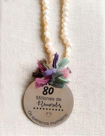 collar largo perlas con medalla de 45 mm grabada a una cara con frase o dedicatoria.