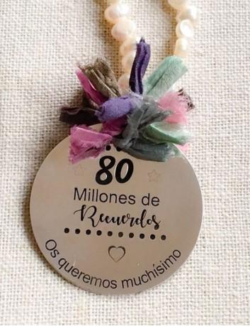 collar perlas con medalla de plata grande grabada con dedicatoria a un a cara. regalos para abuelos.