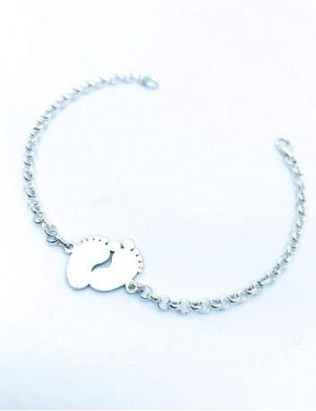 Pulsera de plata con adorno de huellas de pies, para grabar un nombre en cada pie o una palabra.