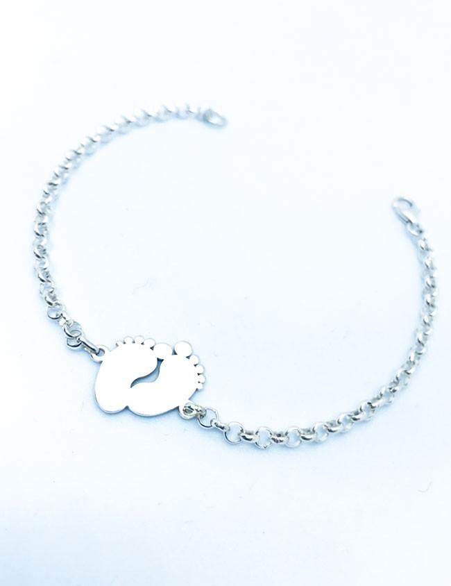d07877ae8898 Pulsera de plata cadena rolo pequeña con adorno de huellas pies grabado