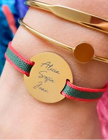 Pulseras personalizadas elásticas con medalla de acero dorado para grabar el mensaje que quieras.