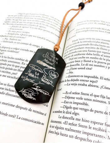 Marcapáginas de titanio con la firmas de los alumnos escritas a mano- Un recuerdo para tu profesor único