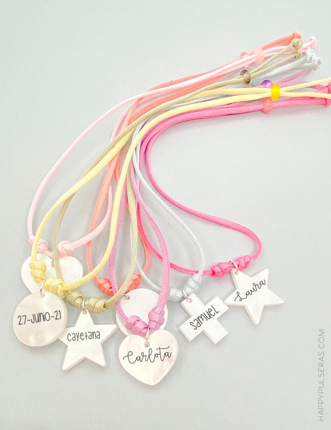 Collar con cordón en colores pastel y abalorio nácar blanco a elegir la forma, lo grabamos con tu nombre.
