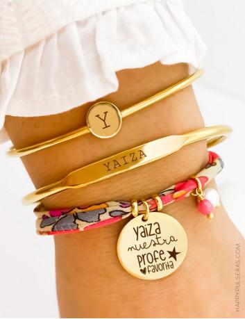 Combinación pulseras de tela liberty flores con aretes finos rígidos dorados con inicial y nombre