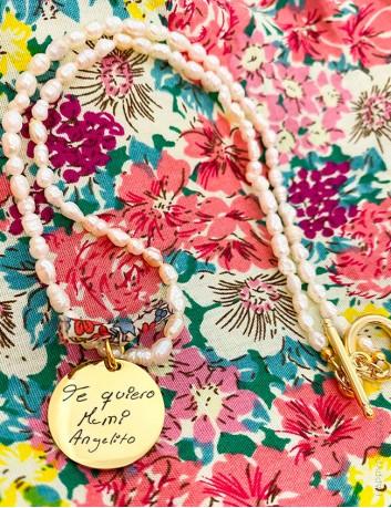 Collar perlas con medalla dorada grabada con escrito a mano o dibujo- grabados especiales de medallas
