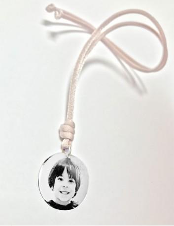 Grabar con foto una medalla para colgante en plata. Collar con foto grabada en plata. Cordón rosa palo