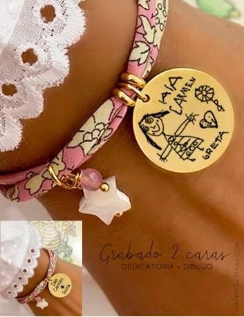 Pulsera de tela flores liberty con medalla dorada grabada con dibujo y dedicatoria en la otra cara