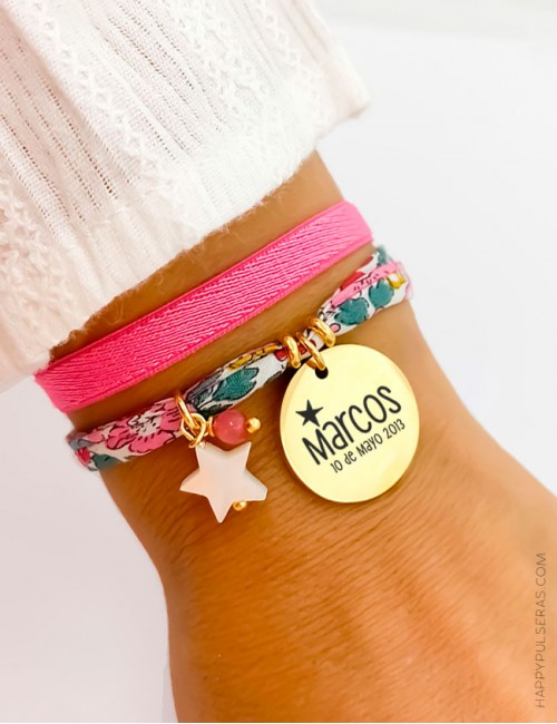 Pulsera tela liberty flores en color rosa chicle con medalla de acero dorada grabada con lo que quieras. Happypulseras