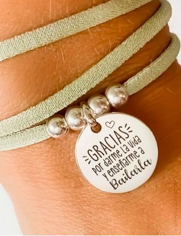 Pulsera colgante con elástico seda y medalla de plata personalizada- Happypulseras