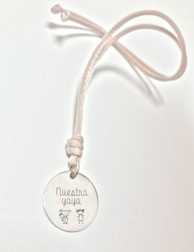 Collar cordón elástico seda color rosa palo con medalla plata grabada con texto e imagen de archivo. Una cara o dos caras