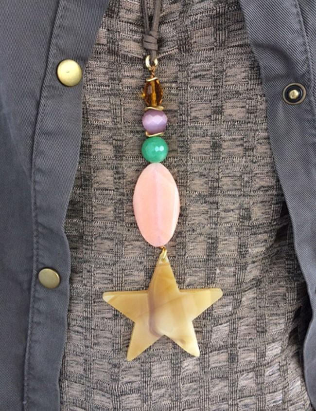 collar con piedras naturales de colores con estrella grande en acrílico y cordón de tela efecto cuero