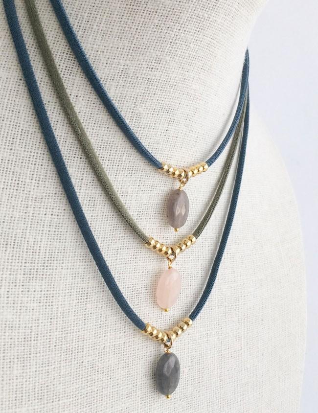Collar con piedra natural y bolitas doradas, cordón elástico seda