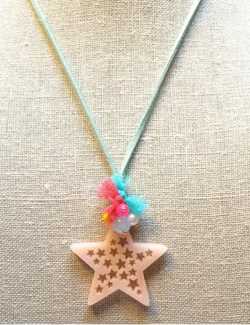 collar colgante estrella con mini estrellas huecas en acrílico y cordón de cuero plano color celeste