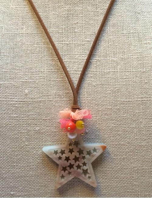 collar colgante estrella con mini estrellas huecas en acrílico y cordón de cuero plano color marrón