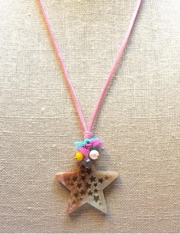 collar colgante estrella con mini estrellas huecas en acrílico y cordón de cuero plano color rosa