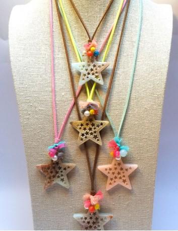 collar colgante estrella con mini estrellas huecas en acrílico y cordón de cuero plano de colores