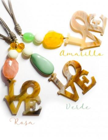 collar largo con colgante love en acrílico con piedras naturales en carios colores y cordón efecto cuero de calidad