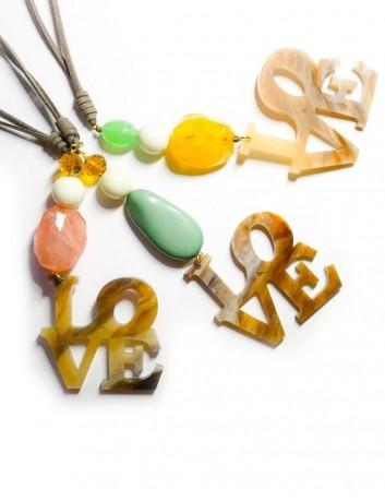 collar con piedras naturales de colores con colgante love en acrílico y cordón de tela efecto cuero