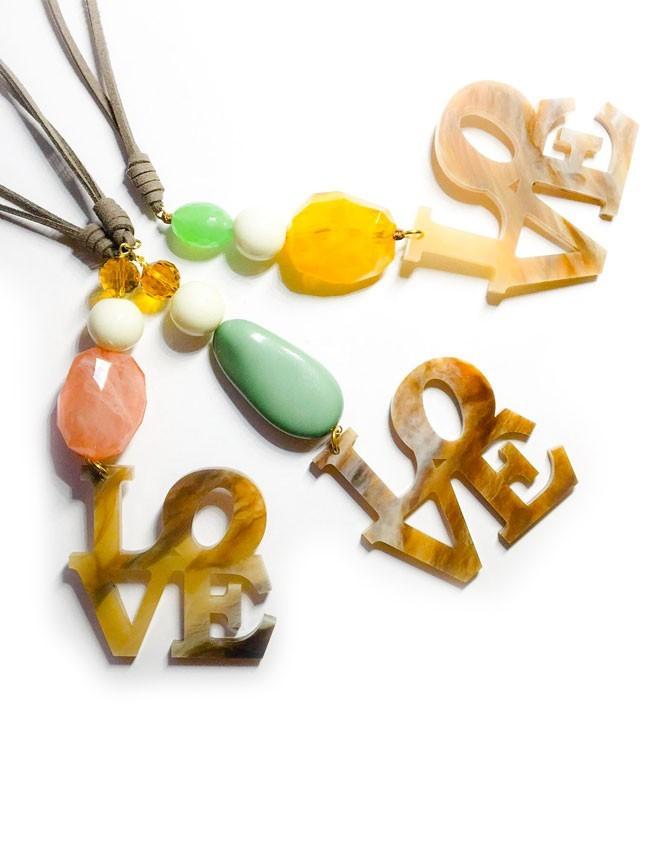8a2cb39737ab collar con piedras naturales de colores con colgante love en acrílico y  cordón de tela efecto