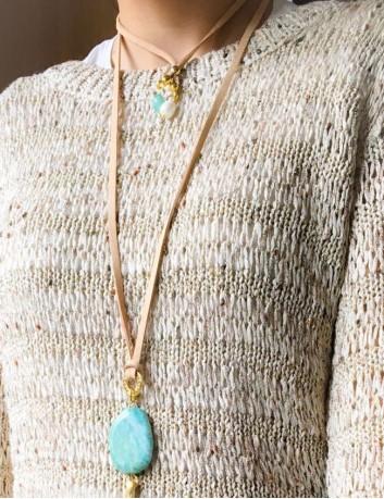 collar largo con estrella de mar dorada y piedra en color celeste terminales de collar con bolitas y piezas doradas.
