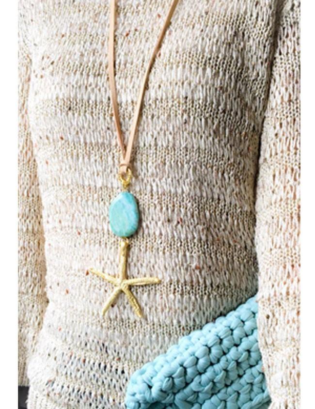 collar largo con estrella de mar dorada y piedra natural en color celeste. Cordón plano de cuero natural.