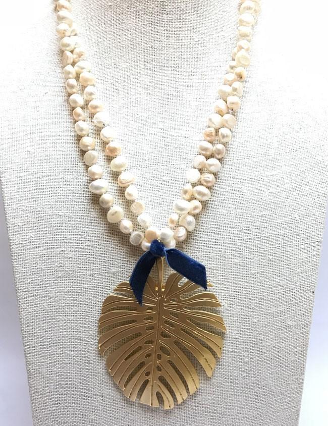 collar de perlas con hoja de palma grande en dorado. Collar Happy Madrid