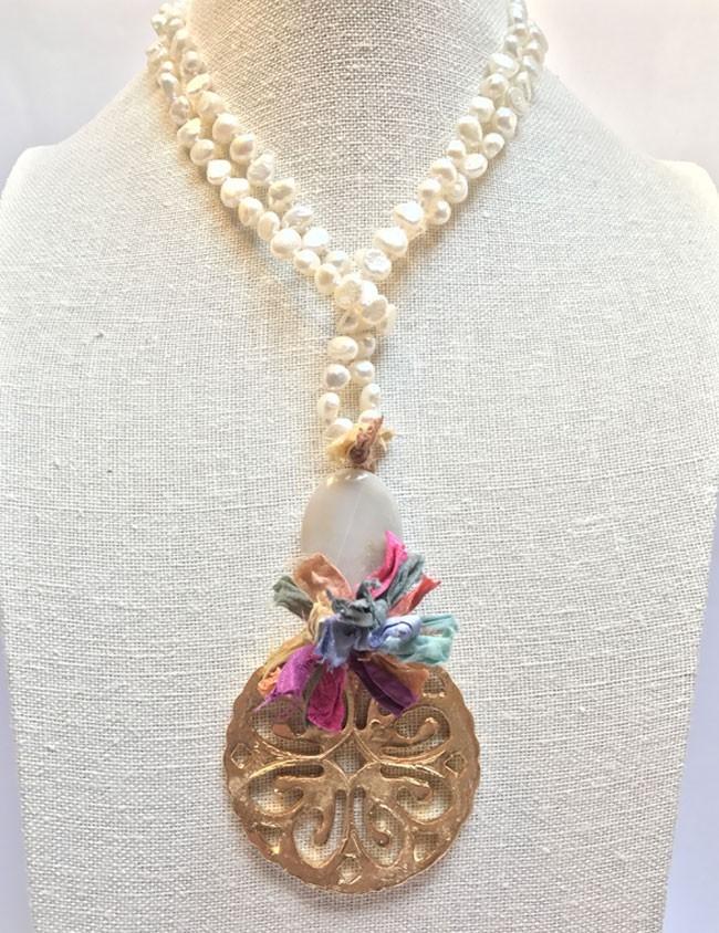 collar de perlas largo con rosetón en dorado y piedra natural en color blanco
