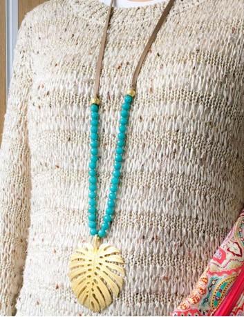 collar largo con hoja de palma dorada grande y bolitas en colores. color turquesa.