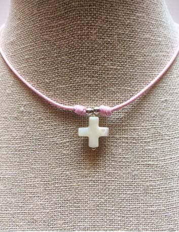 colgante cruz griega nacar con hilo de algodón de varios colores. Collar para comunión. Recuerdo comunión