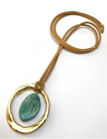 Collar con piedra natural verde y cordón elástico seda en tono neutro. Collares happy con estilo Madrid.