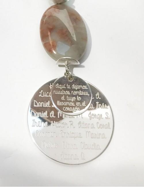collar con doble medalla de plata para grabar. Regalo ideal para profesores. Collar para grabar dedicatoria a profesora.