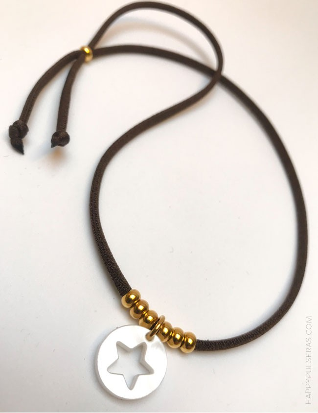 59450135571c collar elástico seda con bolitas oro y colgante acrílico estrella en nácar.  Happy pulseras