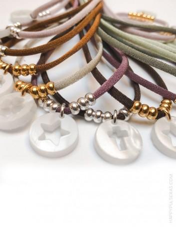 collar elástico seda varios colores con bolitas oro o plata y colgante acrílico estrella, cruz o trébol en nácar blanco