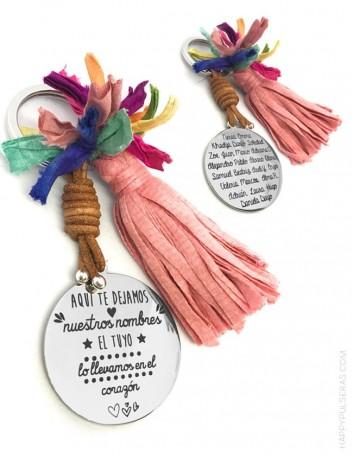 regalo original llavero con pompón y medalla de acero grabada con dedicatoria y firmas de los alumnos.