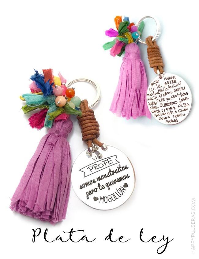 regalo-original-llavero-plata-mujer-con-medalla-grabada-con-nombres-de-niños-escritos-a-mano