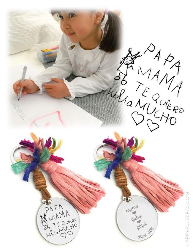 regalo original llavero con pompón y medalla de acero grabada con dibujo o escrito a mano hecho por niño