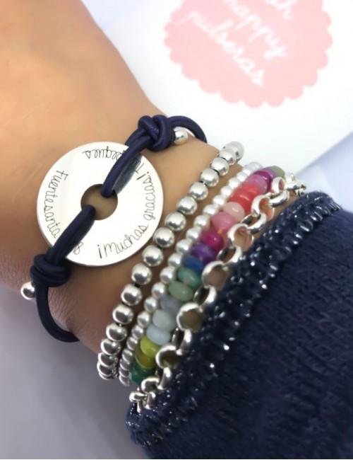 pulsera plata grabada con donut y cordón de colores. Regalos para profesores con estilo a buen precio.